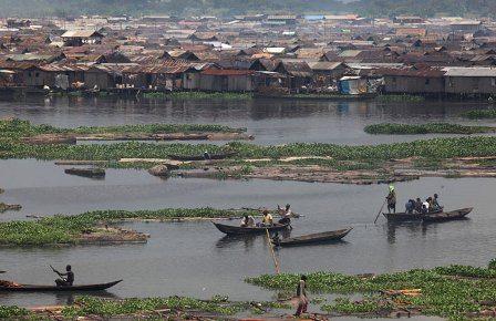 Los habitantes de Makoko se trasladan en canoas, navegando este barrio construido sobre pilotes en la laguna de Lagos, en Nigeria. (tomada de observadorglobal.com)