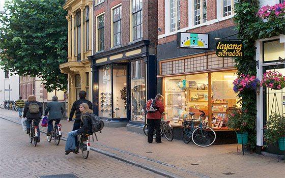 En el barrrio de Groninga la mayoría de las personas se desplazan en bicicleta. (tomado de holland.com/es)