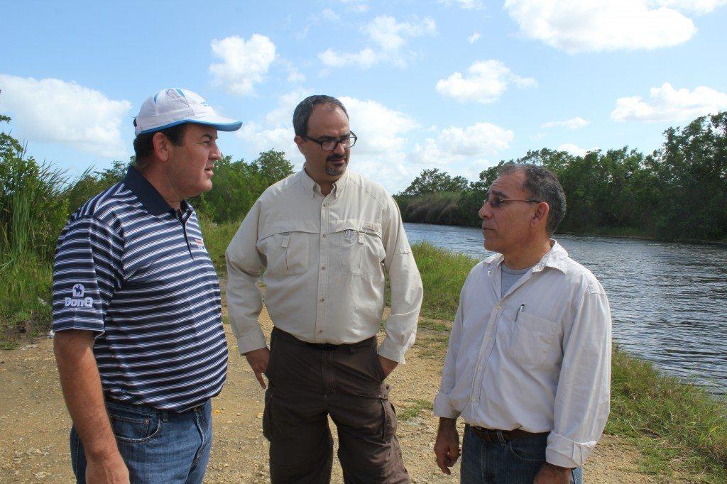 Javier Vélez Arocho (al centro) defendió las gestiones de la compañía en el proceso de permisos. (foto por Marielisa Ortiz)