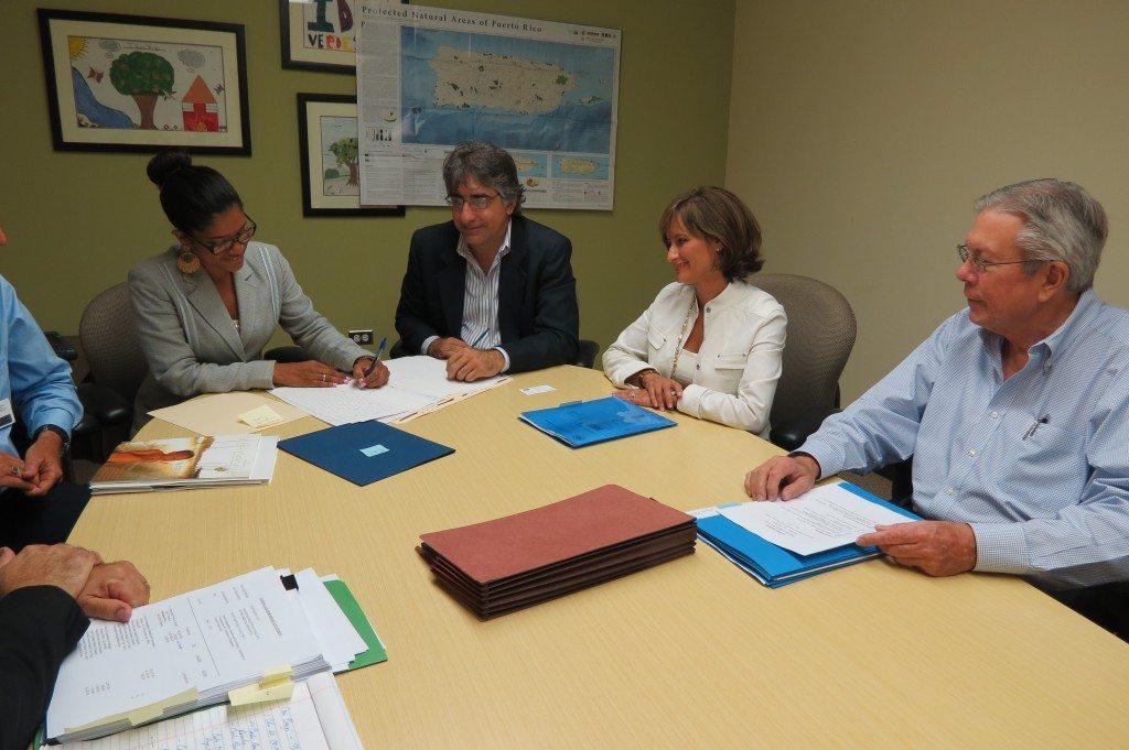 La subsecretaria del DRNA, Irma Pagán Villegas, durante la formalización de la adquisición de los terrenos. (suministrada)