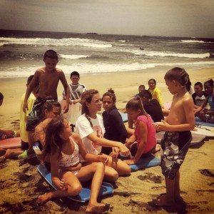La bodyborder Natasha Sagardía ofrece clases a niños arecibeños.