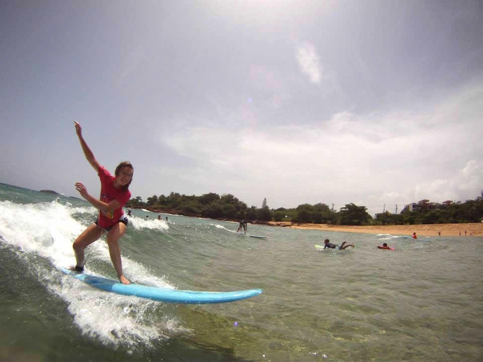 Una joven practica el surf en una playa de Arecibo. (suministradas)