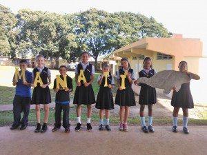 Estudiantes presentan el nombre del manatí.
