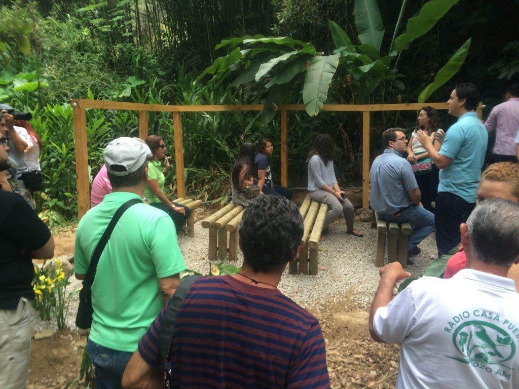 """El Salón de Agua cuenta con un sistema tradicional de ariete para suplir alimentar las """"paredes de agua"""" ."""