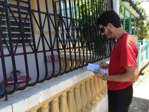 El estudiante. Kevin De Jesús trabajando en una encuesta.