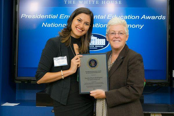 La profesora Darelis Flores recibiendo el premio por parte de la EPA. (foto por Eric Vance, EPA)