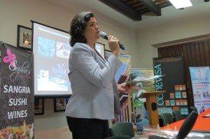 La secretaria del Departamento de Recursos Naturales y Ambientales, Carmen Guerrero Pérez, da la bienvenida a los chefs y dueños de restaurantes que participaron del adiestramiento para cocinar el pez león.