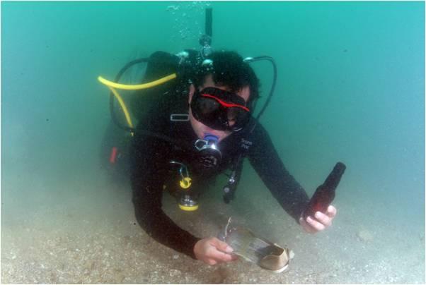 Un buzo colaborando en la limpieza submarina. (foto suministrada)