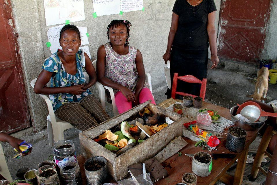 Varias mujeres de Dessources haciendo composta vegetal. (fotos suministradas por Andrea Pérez)