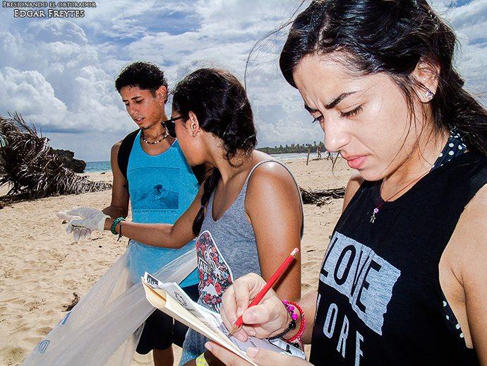 Voluntarios trabajan en la Poza de las Mujeres en Manatí. (suministrada por Scuba Dogs Society)