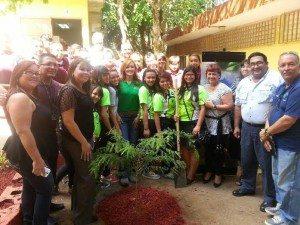 Estudiantes, maestros y personal del DRNA participan de la siembra de un árbol nativo. (suministrada)