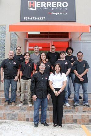 Eduardo Herrero y Maribel Nevado, presidente y vicepresidenta de Herrero Graphic Printing junto a su equipo de trabajo.