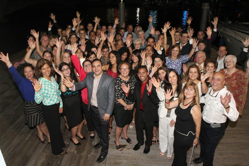 Invitados a la conmemoración del 20 aniversario del Programa del Estuario celebran en el Club Náutico de San Juan.