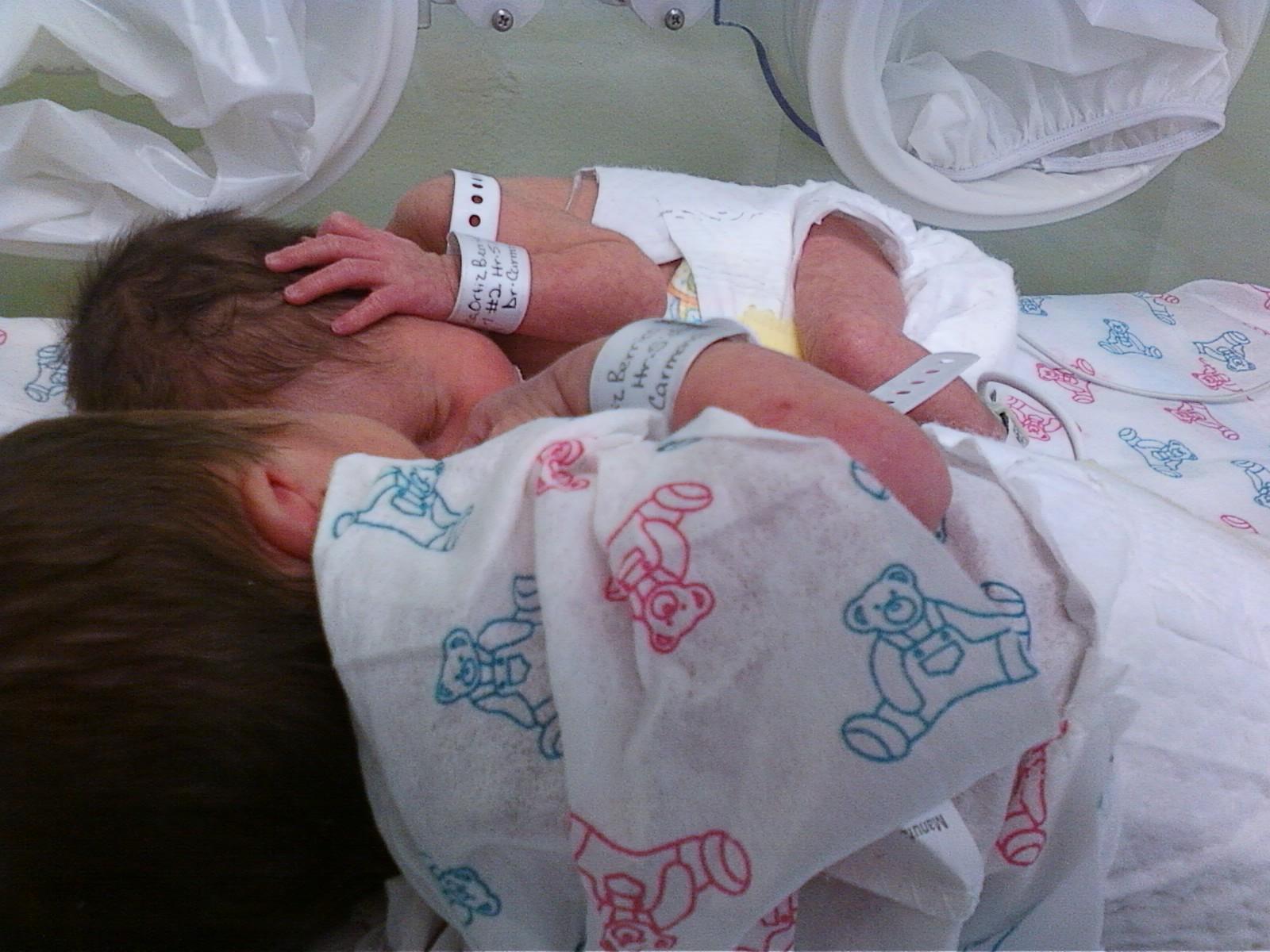 Mis bebés en el área de cuidados especiales del hospital.
