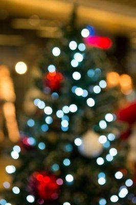 Utiliza adornos y decoración que ya tengas en tu casa. Procura no comprar de más si ya tienes efectos decorativos que estén en buenas condiciones. (foto por nipitphand de FreeDigitalPhotos.net)