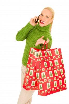 Utiliza bolsas de regalo reusables o envuelve los regalos con papel de periódico o revistas. (foto por Ambro de FreeDigitalPhotos.net)