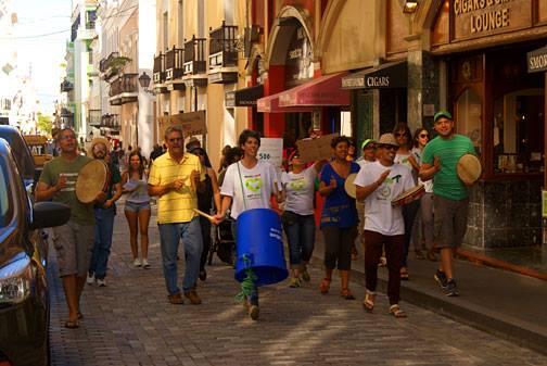 Miembros de la organización Basura Cero llevando una parranda hacia Fortaleza.