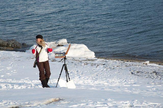 """""""Drawn into the Light"""" nace tras una residencia de 40 días en el Ártico polar en Ny-Ålesund, dándose a la tarea de documentar con una mirada artística el efecto de diversas condiciones humanas sobre la fragilidad del medio ambiente. (fotos suministradas)"""