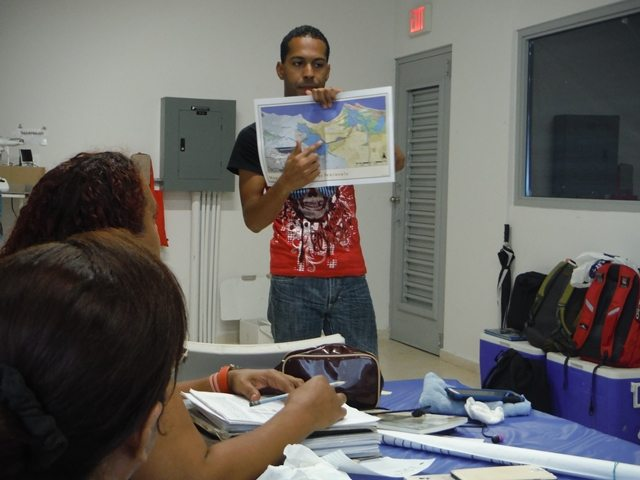 Residentes de la Península de Cantera participando del adiestramiento. (fotos suministradas por el DRNA)