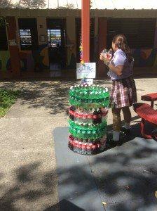 Una estudiante se dirige a depositar botellas plásticas en el recipiente preparado por los mismos estudiantes para ese fin. (fotos suministradas por COSUAM)