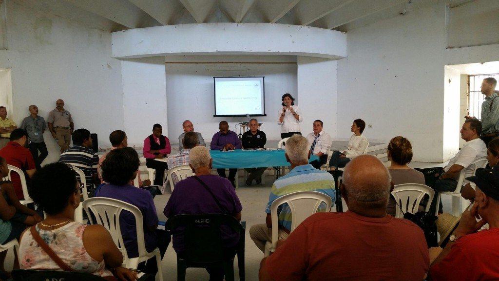 1.La secretaria del Departamento de Recursos Naturales y Ambientales, Carmen Guerrero Pérez,  explica a residentes de Loíza que las soluciones al problema de erosión costera que enfrentan deben trabajarse desde una base multiagencial, que incluya a los municipios costeros y a las comunidades. (fotos suministradas por el DRNA)