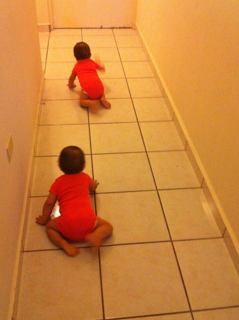 Mis niñas gateando por la casa. (foto por mí)