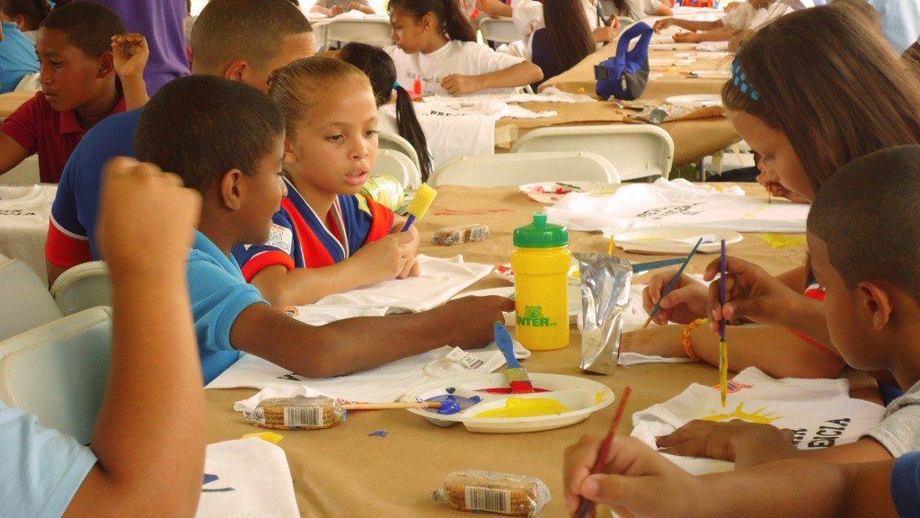"""A partir del juego, los estudiantes reflexionaron sobre cómo prevenir el maltrato, violencia de género, uso de drogas, contaminación, explotación y """"bullying"""". (suministradas)"""