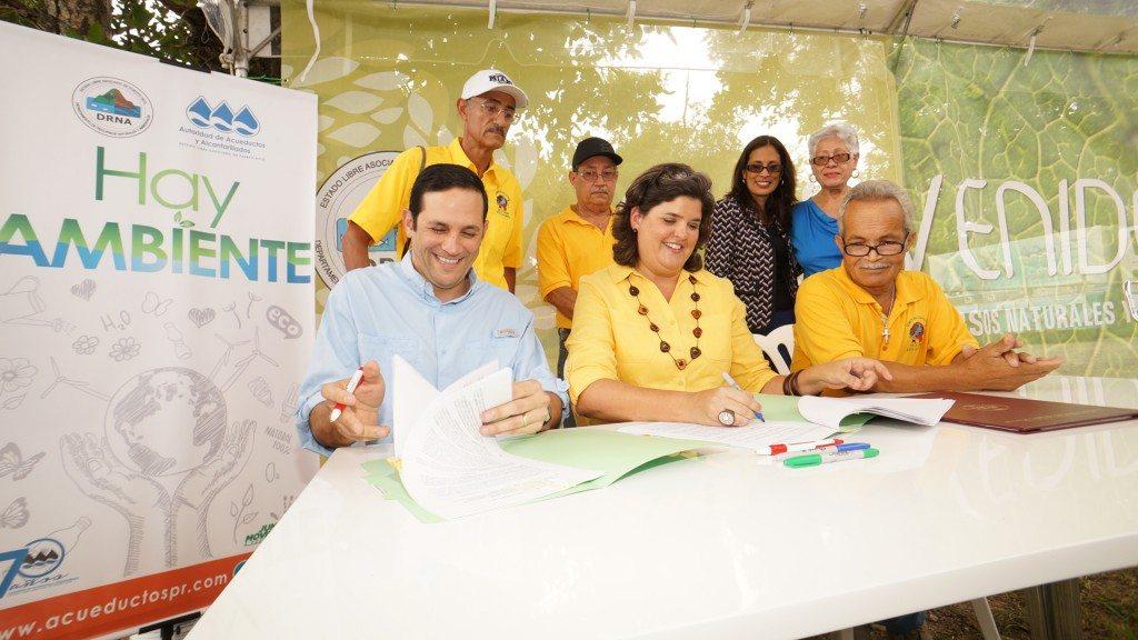 El presidente de la AAA, Alberto Lázaro; la secretaria del DRNA, Carmen Guerrero y el líder comunitario Jorge Oyola Torres, firman el acuerdo que viabiliza el Bosque Urbano Los Filtros. (fotos suministradas por el DRNA)