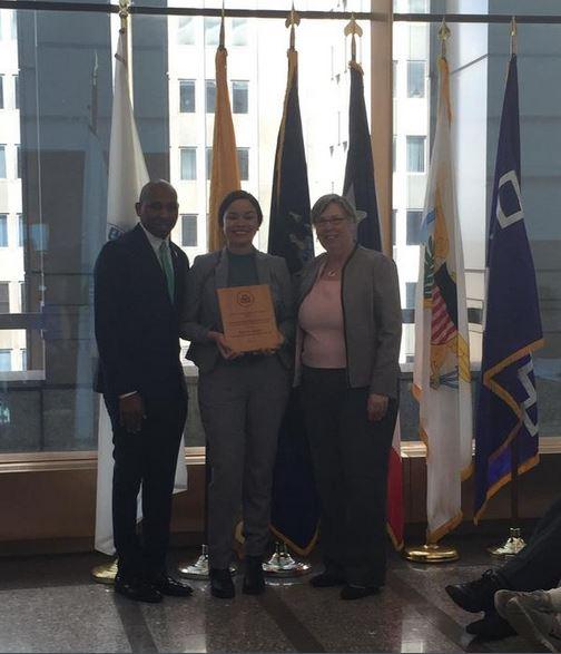 Glenda Rosado recibiendo el premio otorgado a la Revista Atabey, por la Agencia de Protección Ambiental (EPA). (foto por Carmen Reyes)