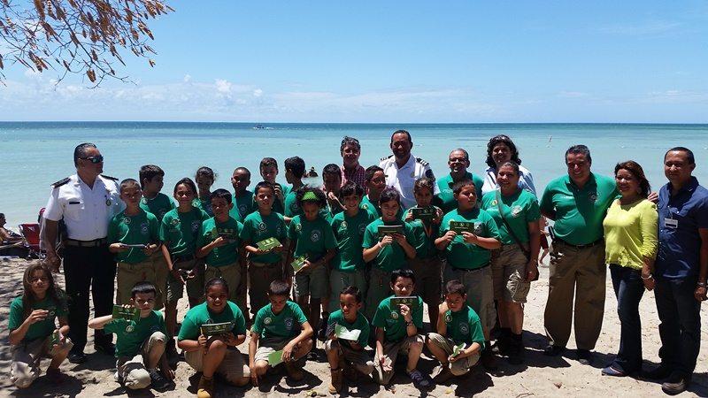 """La secretaria del Departamento de Recursos Naturales y Ambientales (DRNA), Carmen R. Guerrero Pérez, y el alcalde de Cabo Rojo, Roberto """"Bobby"""" Ramírez Kurtz, celebran la restauración del área recreativa de la playa Combate, en Cabo Rojo."""