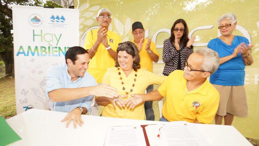 Los participantes luego de la firma del acuerdo que protege el bosque urbano Los Filtros.