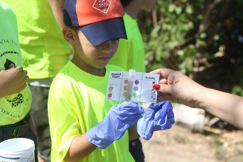 Estas pruebas son colorimétricas: al mezclarse con la muestra de agua generan un  color que indica el nivel de pH y la concentración de oxígeno disuelto. Ambos parámetros indican a su vez el estado de salud del cuerpo de agua. (suministradas)