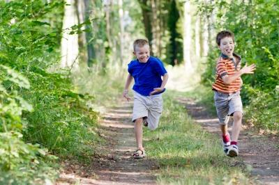 Exponer a nuestros hijos a ambientes naturales les permitirá conocer cada vez la naturaleza y ambiente en general. (foto por chrisroll, de FreeDigitalPhotos.net)