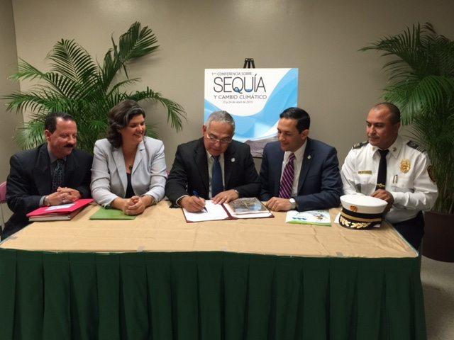 Los directores de las agencias durante la firma del documento. (suministrada)