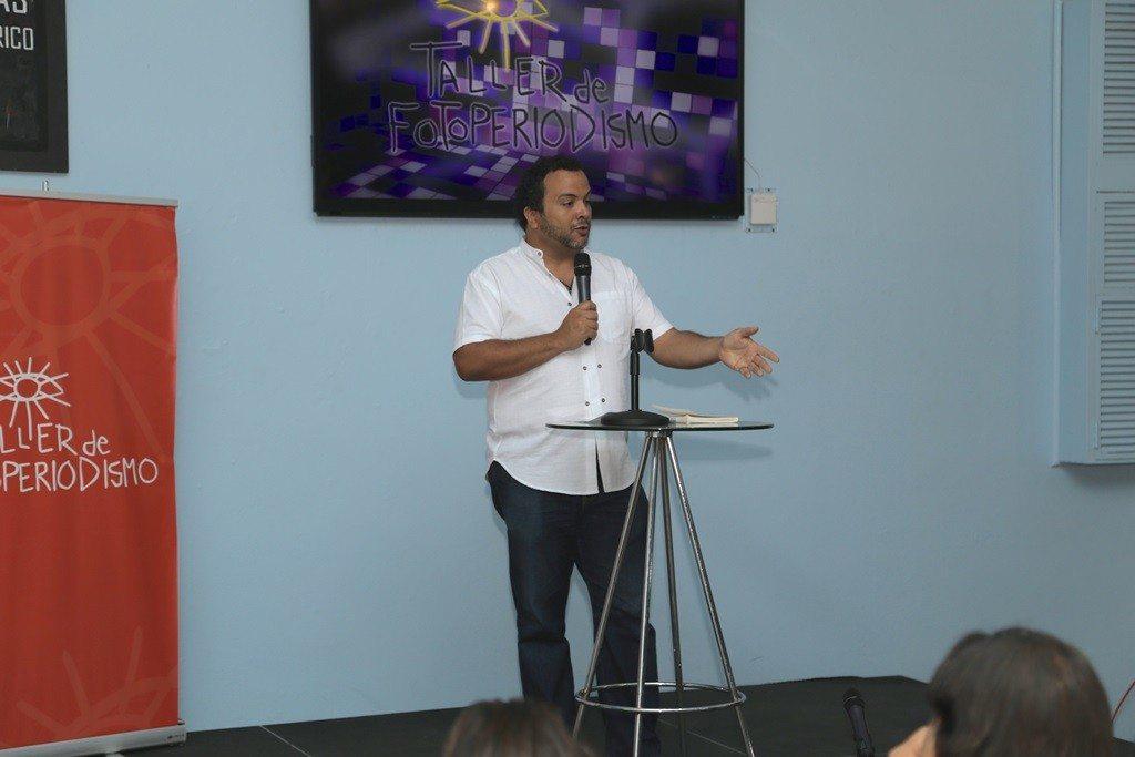 El director del documental, Misael Martínez, se dirige al público durante la presentación.