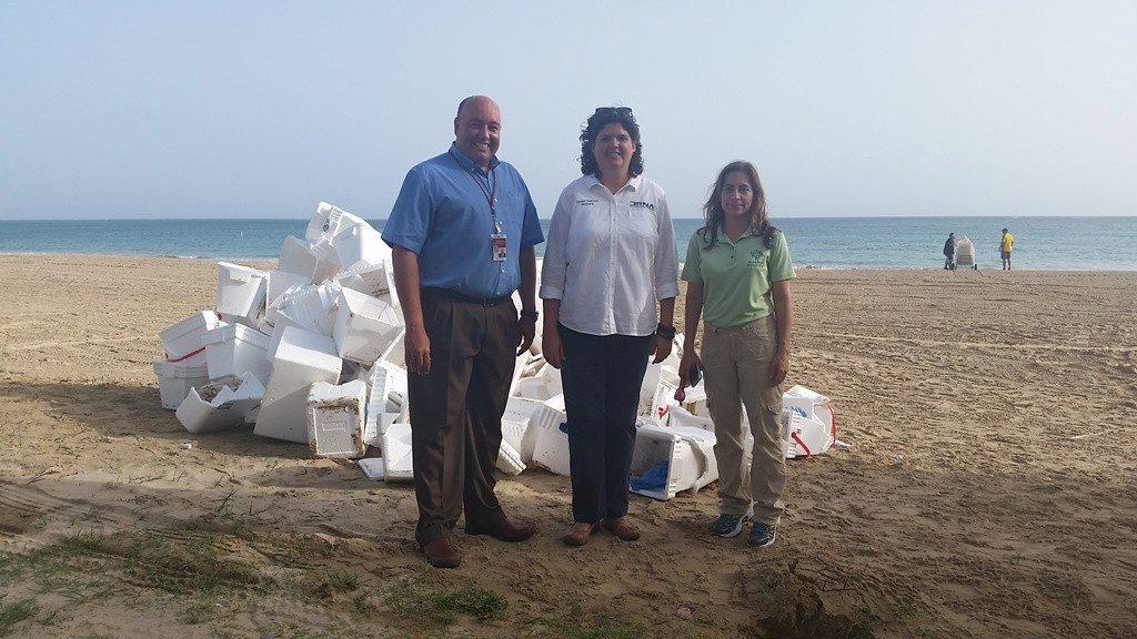 De izquierda a derecha, en representación del legislador Ángel Matos, Rubén Ríos Pagán; la secretaria del Departamento de Recursos Naturales y Ambientales, Carmen R. Guerrero Pérez, y la directora ejecutiva de Scuba Dogs, Ruz I. Deliz.