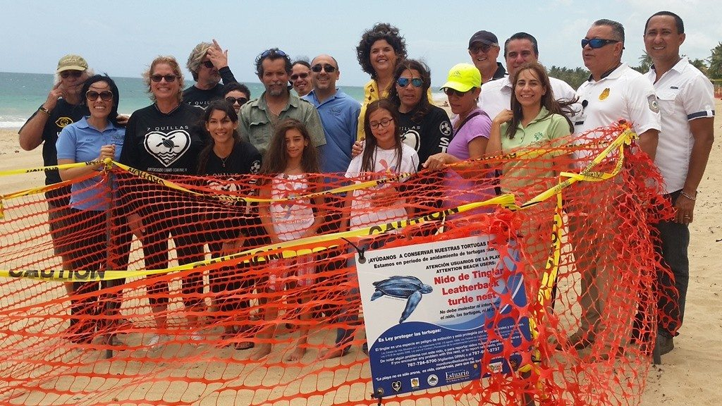Grupo que participó, frente al nido.