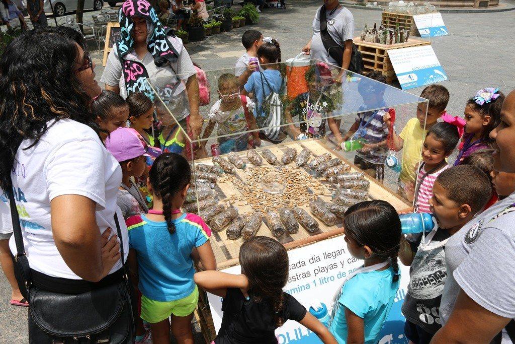 La basura marina fue exhibida en la Plaza de Armas del Viejo San Juan.