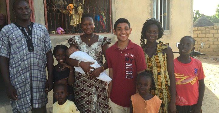 José Israel con su familia de Senegal. (foto www.globalcitizenyear.org)