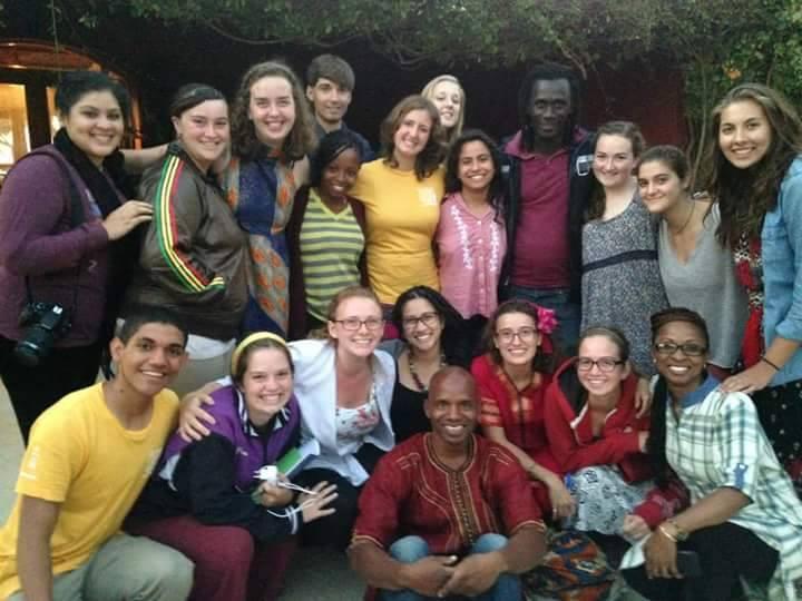 José Israel, a la izquierda con camisa amarilla, junto a un grupo de compañeros pertenecientes al programa, en St. Louis, Senegal. (foto suministrada)