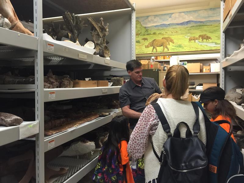 La familia de Maisabel visitando el Museo de Historia Natural en Denver, Colorado.