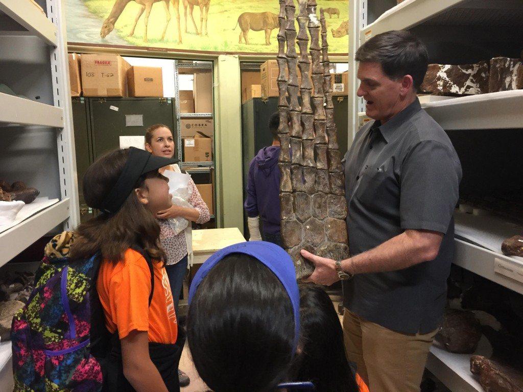 Maisabel junto al doctor Scott Sampson, curador oficial del Museo de Historia Natural en Denver. (fotos suministradas)
