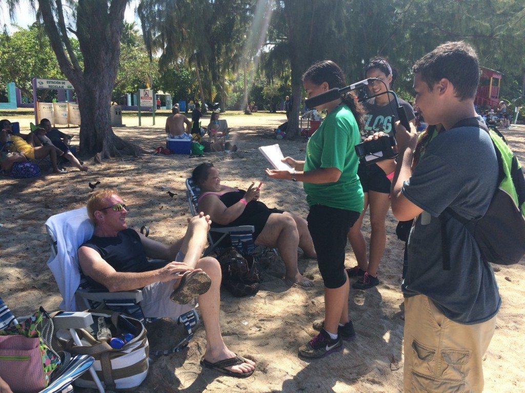 Los jóvenes realizando varias entrevistas para el documental.