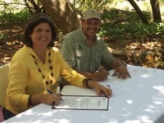 Firman el acuerdo de colaboración la secretaria del Departamento de Recursos Naturales y Ambientales, Carmen R. Guerrero Pérez; y el presidente del Corredor del Yaguazo, Pedro Carrión.