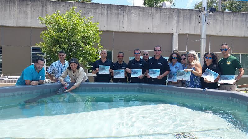 Los voluntarios reciben su reconocimiento por la labor realizada.