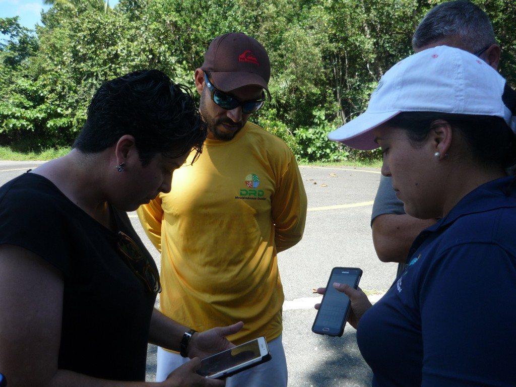 Varios participantes del curso durante un ejercicio de campo.