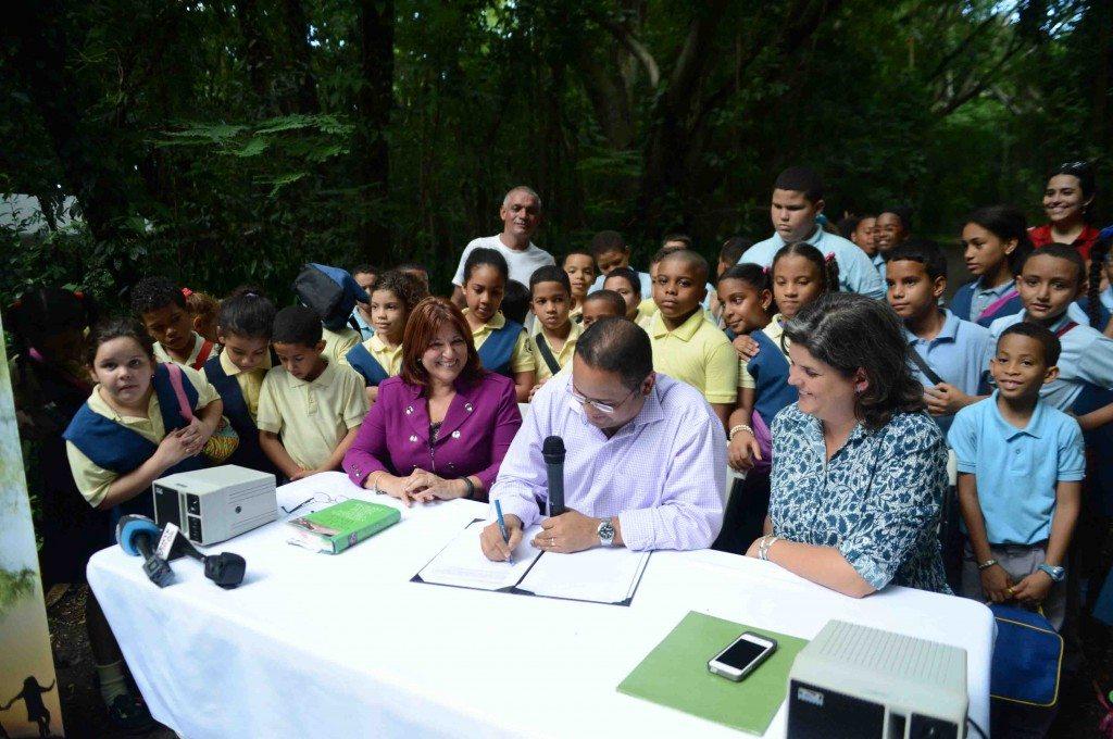 El secretario de Educación, Rafael Román Meléndez, la secretaria de Recursos Naturales, Carmen Guerrero y la representante Luisa Gándara, durante la firma del acuerdo de colaboración para lanzar la red Contacto Verde. (fotos suministradas)