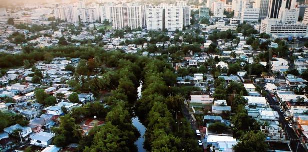 Imagen de la comunidad del Caño Martín Peña y sus alrededores. (EPA)