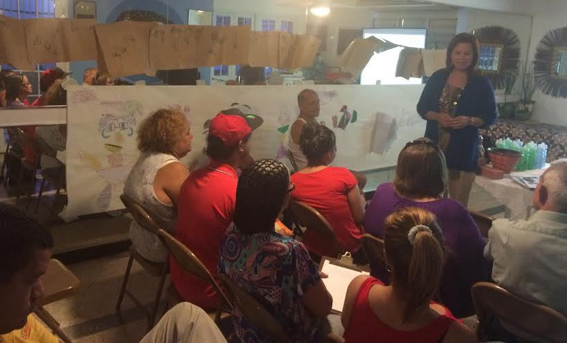 Varias personas de la comunidad participando de una charla educativa sobre reciclaje. (suministradas)