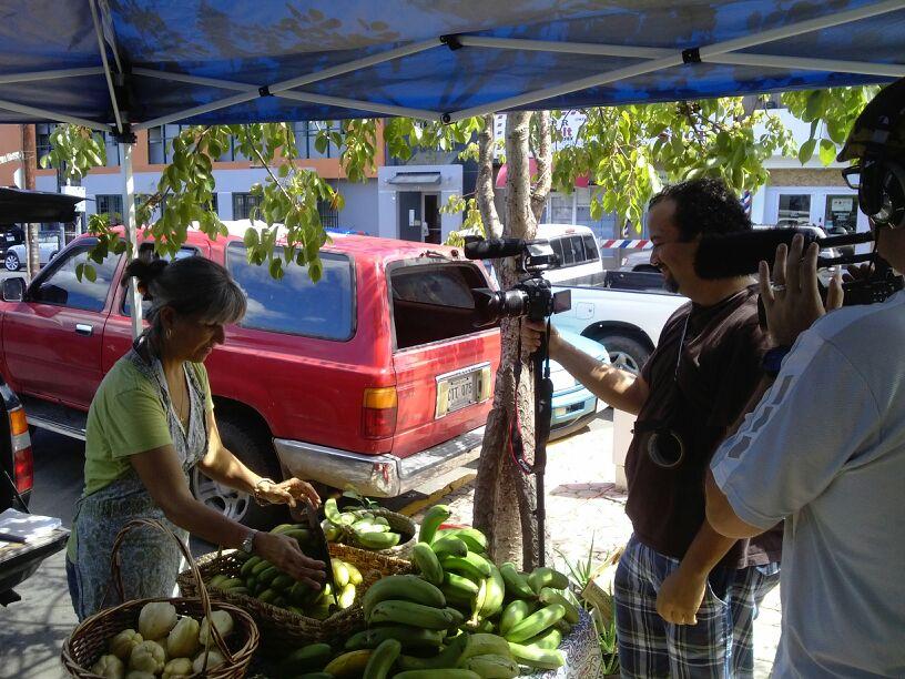El cineasta Misael Martínez grabando en la placita de Santurce. (fotos suministradas)